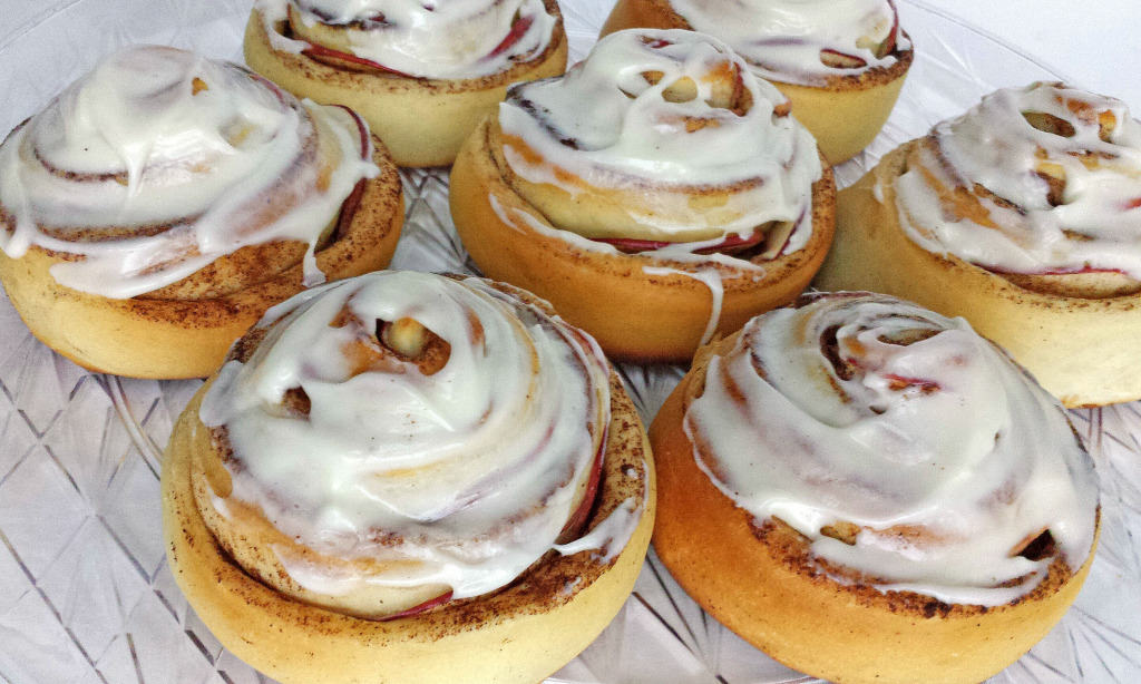 how to make cream cheese frosting for cinnamon rolls