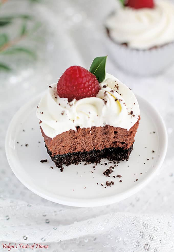 beautiful dessert, chocolate cheesecakes, chocolate mini cheesecakes, decor dessert, delicious dessert., heavy cream frosting, mini cheesecakes, Oreo Chocolate Mini Cheesecakes, Oreo cookie crust, raspberries, so good